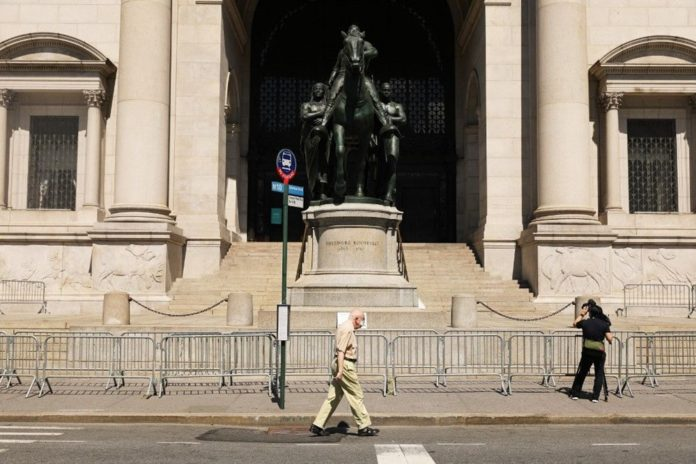 Theodore Roosevelt'in New York Doğa Tarihi Müzesi Önündeki Heykeli Kaldırılıyor