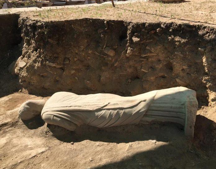 Perge'de 1700 Yıllık Kadın Heykeli Bulundu