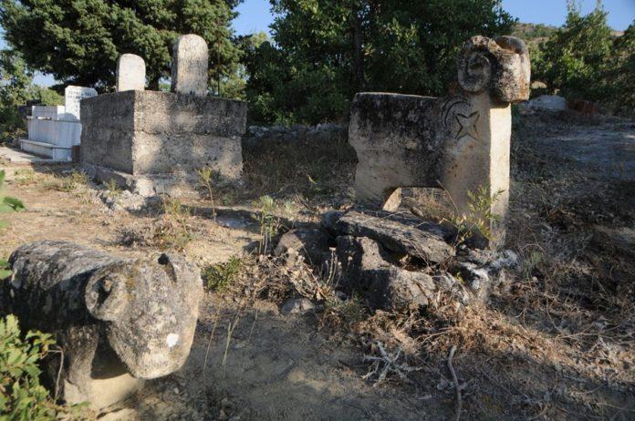 Koçbaşı ve Taş İşlemeli Mezarlar Definecilerin Talanına Uğradı