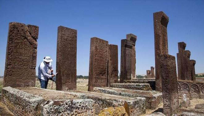 Selçuklu Meydan Mezarlığı'ndaki Restorasyon Çalışmaları Sürüyor