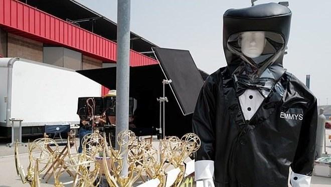 Emmy Ödülleri Töreninde Sunuculara Smokin Tasarımlı Koruyucu Kıyafet