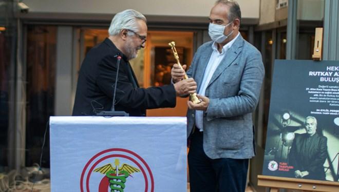 Oyuncu Rutkay Aziz Altın Koza Ödülünü Türk Tabipleri Birliği'ne Verdi
