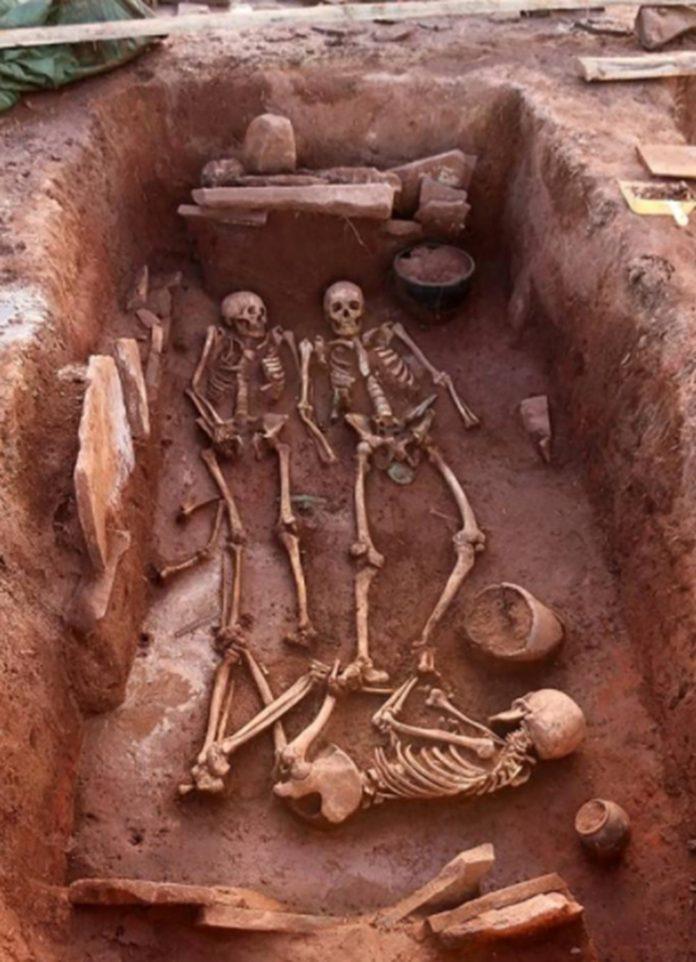 Sibirya'da 2 Bin 500 Yıl Önce Ölen Savaşçı Çift İle Bebeğinin Mezarı Bulundu