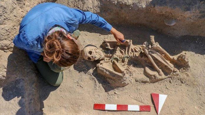 Takılarıyla Gömülmüş Urartulu Kadın Mezarı Ortaya Çıkarıldı