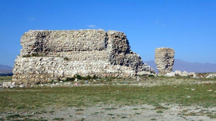 Van Gölü'nde Sular Çekilince Tarihi Erciş Kalesi Ortaya Çıktı