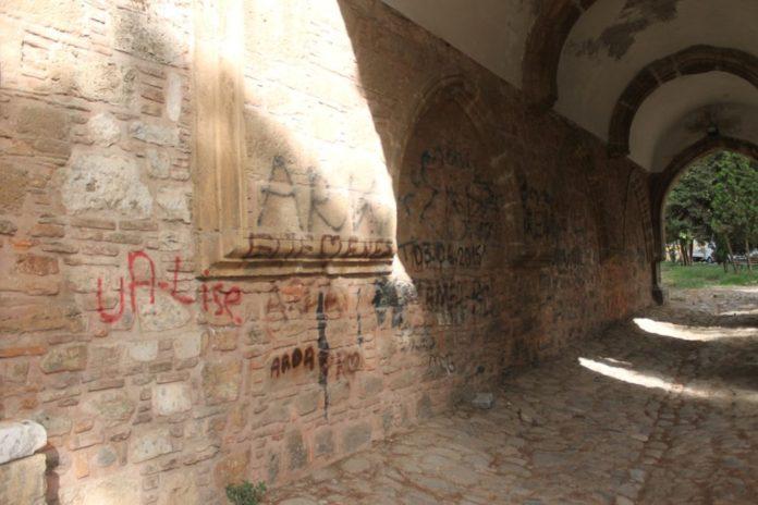 2,5 Asırlık Tarihi Cihanoğlu Külliyesi Karalama Duvarı Haline Geldi