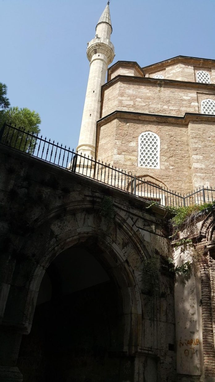 Tarihi Cihanoğlu Külliyesi'nin Duvarlarına Yazı Yazılmasına Tepki