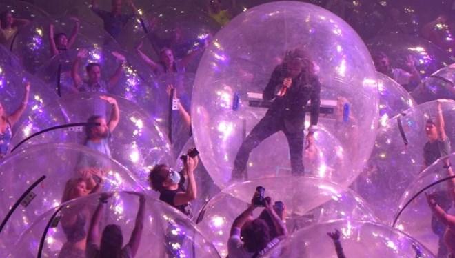 The Flaming Lips'ten Pandemiye Özel Konser: Hem Seyirciler Hem De Grup Baloncukların İçine Girdi