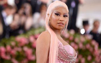 Nicki Minaj Grammy Akademisi'ni Topa Tuttu