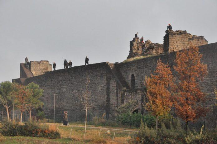 Diyarbakır'da Corona Virüs ve Düşme Riskine Rağmen Surlarda Fotoğraf Çekiyorlar