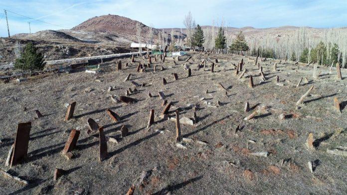 4 Asırlık Mezarlıktaki Dev Mezar Taşları Dikkat Çekiyor