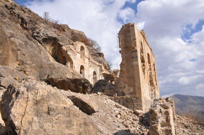 Hutura Kilisesi de Definecilerin Talanına Uğradı